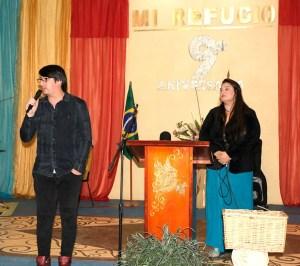 Los adoradores Glenda Valles (der.) y José Luis Orellana (izq.) en un tiempo de adoración y ministración / VyV
