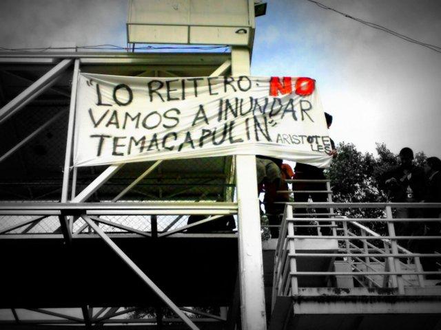 Una de las mantas colocadas hoy en puentes  de Guadalajara. Imagen: Cortesía