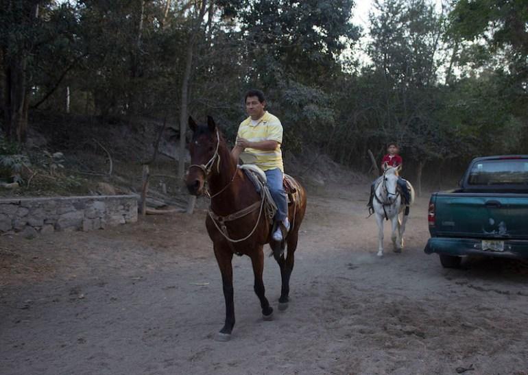 Personas disfrutando Los Colomos en caballo. Foto: Alejandra Leyva