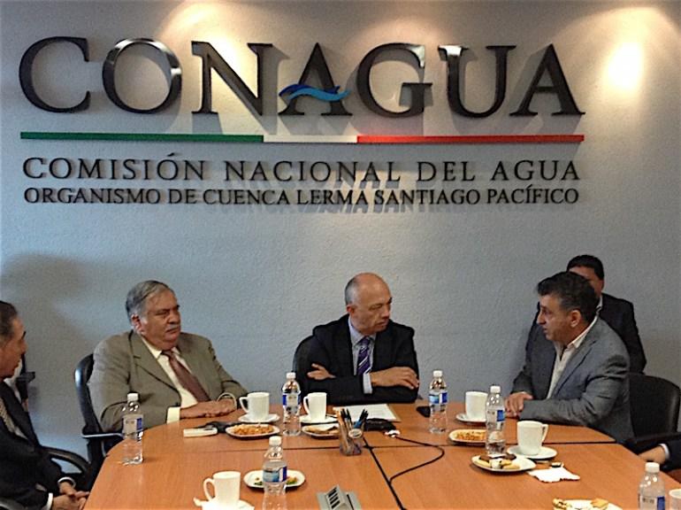 A los extremos Jorge Malignó Díaz, el nuevo director del Organismo de Cuenca Lerma Chapala, y José Elías Chedid, quien se va. Foto: Conagua