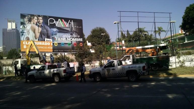 Espectacular que es retira de Avenida Patria, cerca de Acueducto. Foto: Sergio Hernández Márquez