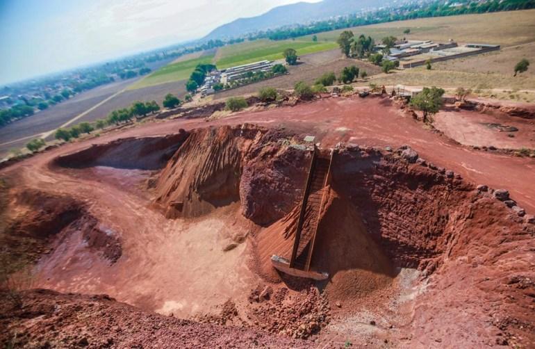 Devastación del cerro sagrado de Tepetlaoxtoc, de donde sacaron tezontle para la plancha del NAICM. Foto: Daliri Oropeza
