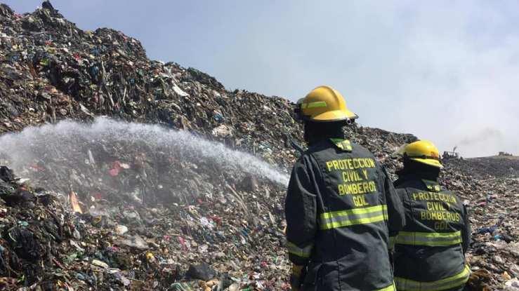 Bomberos de Guadalajara intentan apagar el basurero de Laureles en abril de 2019. Foto: Gobierno de Guadalajara