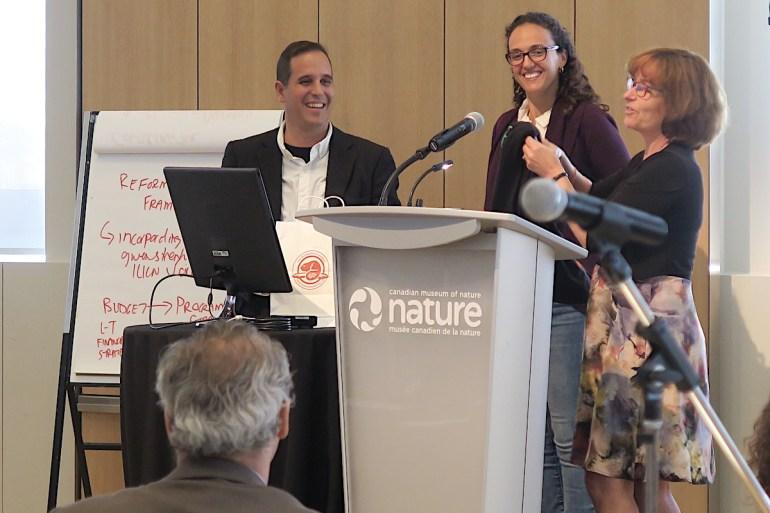 Manfred Meiners recibe en Ottawa el reconocimiento de la UICN. Foto: Jürgen Hoth