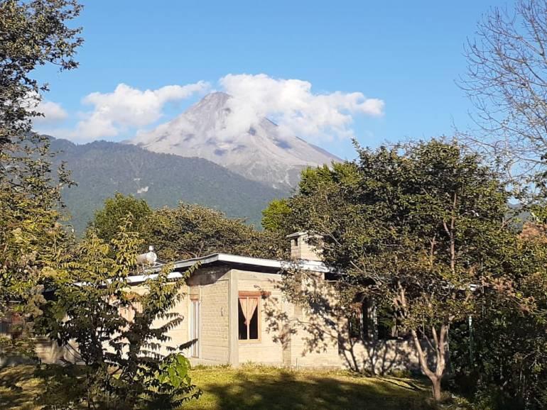 Una vista del volcán activo, llamado de Colima o de Fuego (vecino del Nevado de Colima), desde el desarrollo ecoturístico de Amixtlan, en San José del Carmen, Jalisco. Foto: Agustín del Castillo