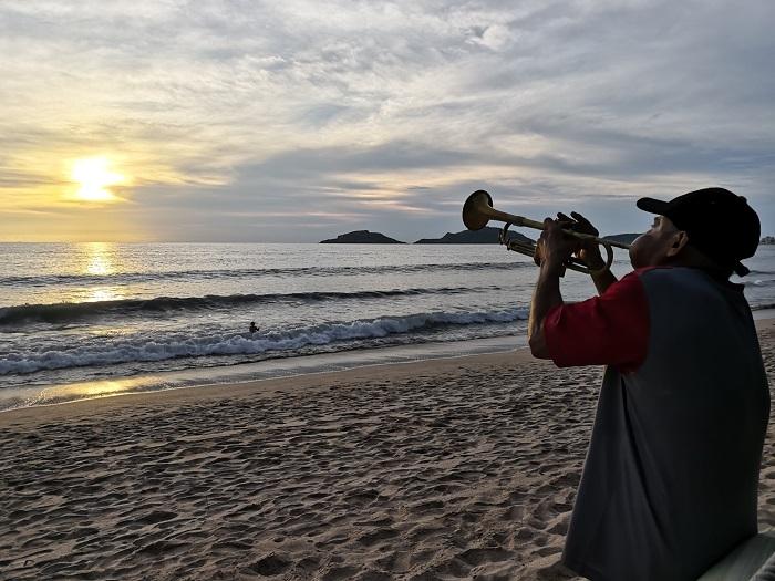 Músico de banda en una de las playas del malecón Mazatlán. Foto: Raquel Zapien/Son Playas.