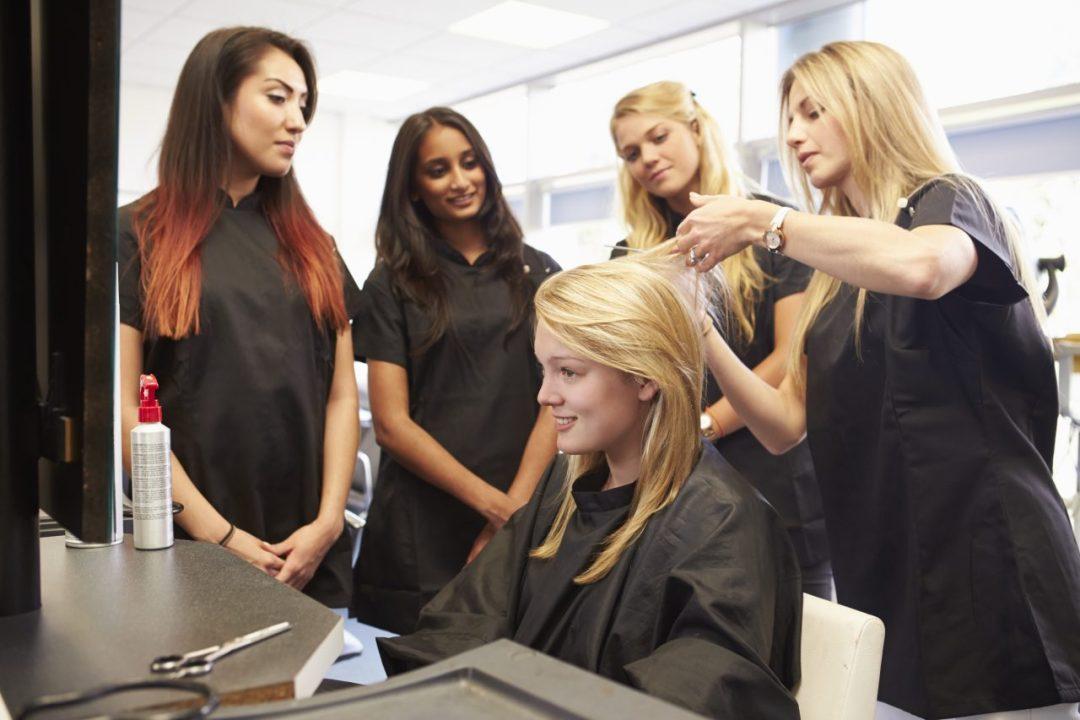 Une enseignante avec ses élèves - DEP coiffure