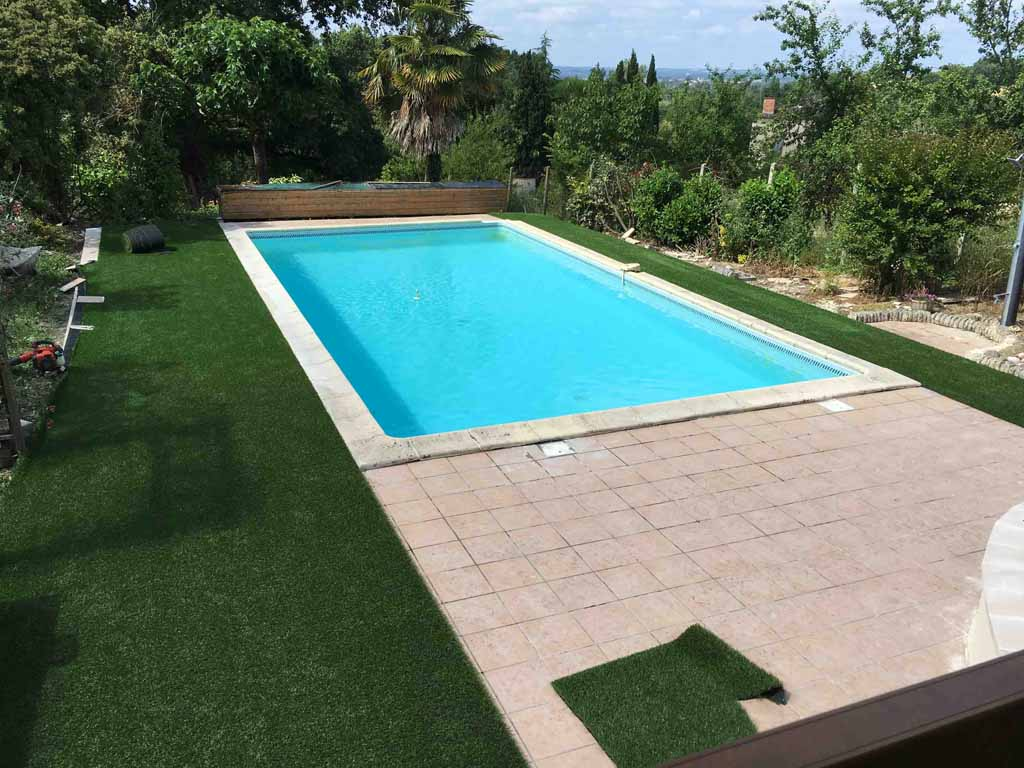 Pose de gazon synth tique sur b ton ou carrelage verebo for Carrelage contour piscine