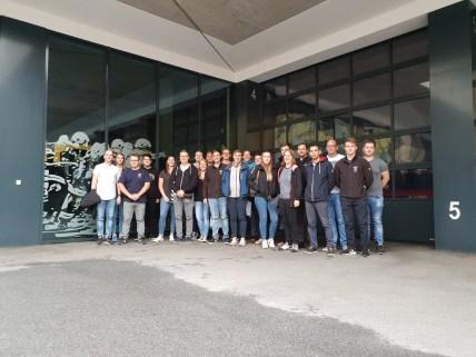 Die Gruppe vor dem Gerätehaus der Feuerwehr Landeck