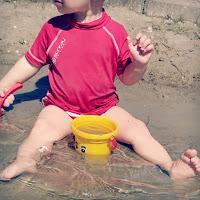 Kind_Eimer_Schaufel_Wasser_Sand