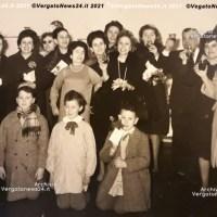 Vergato 1963 - Preside, insegnanti, genitori e alunni festeggiano a scuola.