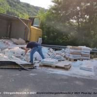 Incidente in Porrettana - Tir si ribalta a Pioppe