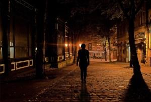 Vrouw alleen in het donker