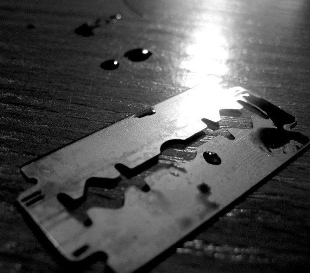 razor_blade_by_unpredictableamateur