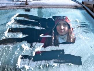 Gefährliches Guckloch: Wer die Fahrzeugscheibe nicht komplett vom Eis befreit, gefährdet sich selbst und andere. Eine bequeme Alternative zum Kratzen ist eine nachrüstbare Standheizung fürs Auto. - Foto: djd/Webasto