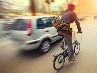 Auto und Radfahrer: Wer die Regeln missachtet, bringt sich selbst und andere in Gefahr. - Foto: djd/thx