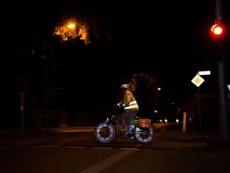 Um auch im Dunkeln von anderen Verkehrsteilnehmenden gesehen zu werden, sollten grundsätzlich Reflexstreifen an Armen und Beinen getragen werden. Foto: djd/Deutscher Verkehrssicherheitsrat (DVR)