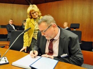 Andreas Meng trägt sich im Beisein von Stadtpräsidentin Swetlana Krätzschmar in das Gästebuch der Stadt Flensburg ein. - Foto: VWFL/rwi