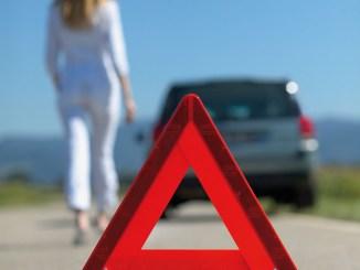 Egal ob bei einer Panne oder nach einem Unfall: In einer ausreichenden Entfernung sollte das Warndreieck aufgestellt werden. - Foto: djd/Itzehoer Versicherungen