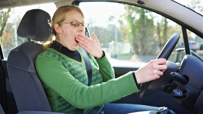 Wer unterwegs erste Anzeichen von Müdigkeit wie häufiges Gähnen und schwere Augenlider verspürt, sollte dringend eine Pause einlegen. - Foto: DVR