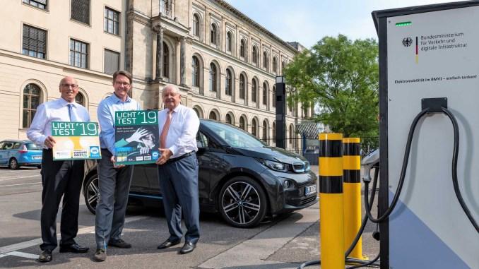 Minister Andreas Scheuer präsentiert die neue Licht-Test-Plakette mit ZDK-Präsident Jürgen Karpinski (r.) und DVW-Präsident Kurt Bodewig (l.) Foto: ProMotor