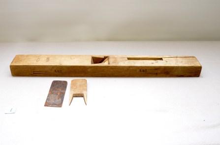 1. Langhøvel L:796 H:58 B:64 Vinkel seng: 46 grad. Kjennetegn: AAQ Mat: Bjørk Stål: Laminert og smidd. Slipevinkel: 30. Vekt: 2,5 kg