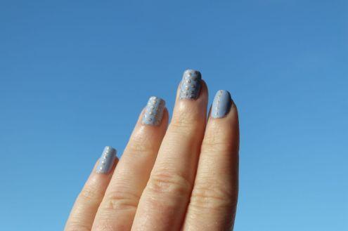 nail-art-bleu-mat-et-dore-barry-m-hm-k