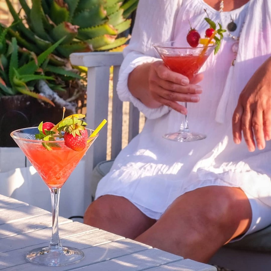 woman_drinks_cocktails_italy