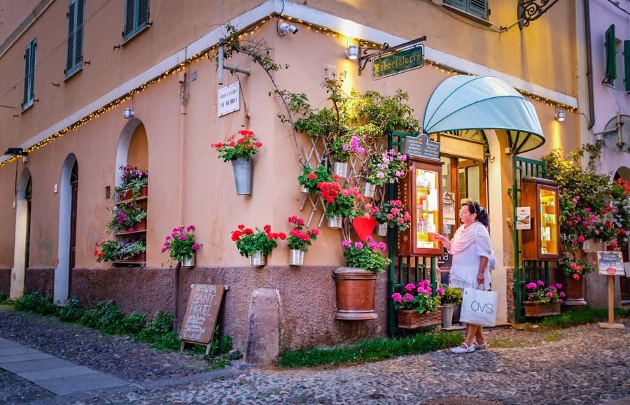 woman_standing_in_alghero_sardinia_italy