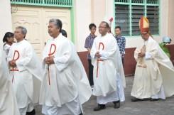 Mgr Hneri mengiring barisan para pastor dalam misa perpisahan