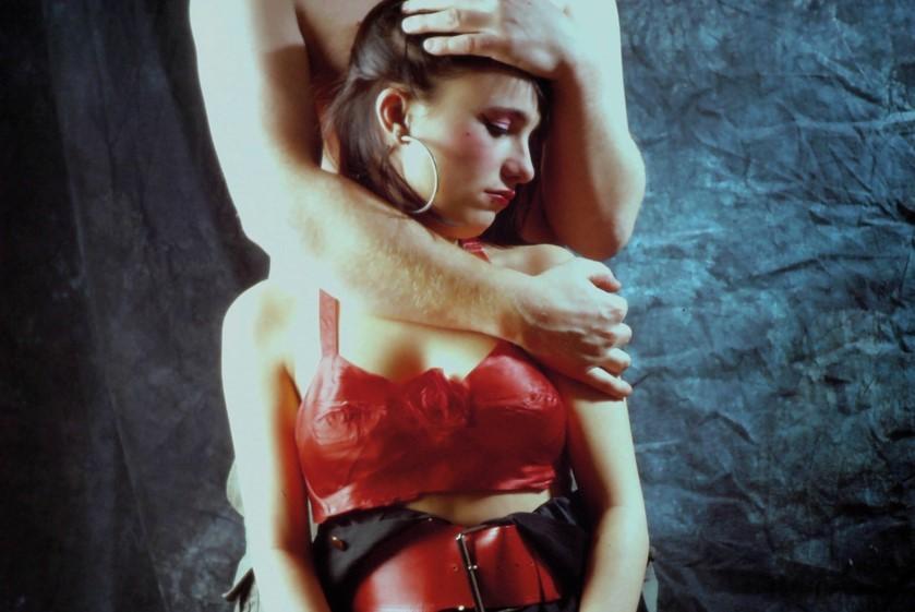 Portrait d'une femme dans les bras d'un homme