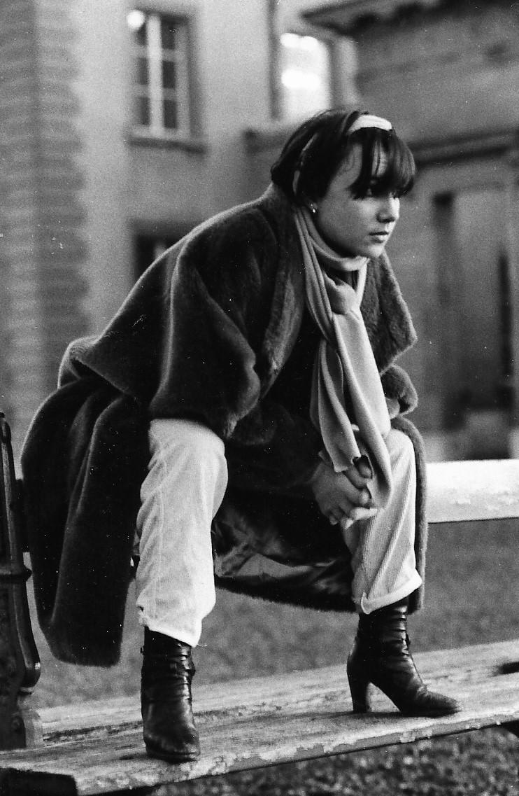 Photographie noir-blanc d'une jeune fille dans le quartier de la Cité, à Lausanne