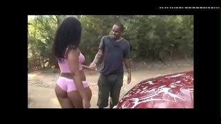 hermosa mulata es fondeada mientras lava el carro putaria brasileira
