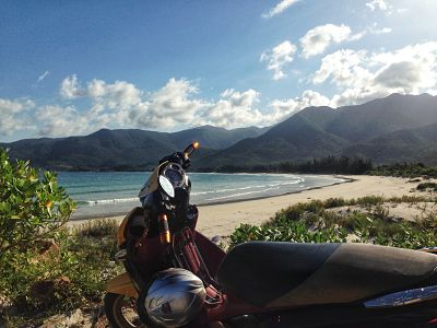 backpackend door Vietnam op de motor