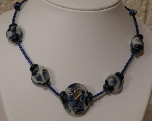collier de perles bleues plates en verre de murano