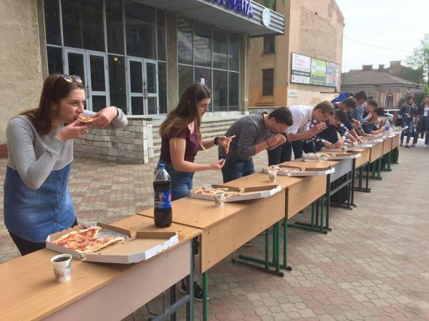 У Франківську продовжились студентські змагання з масового поїдання піци (фото)