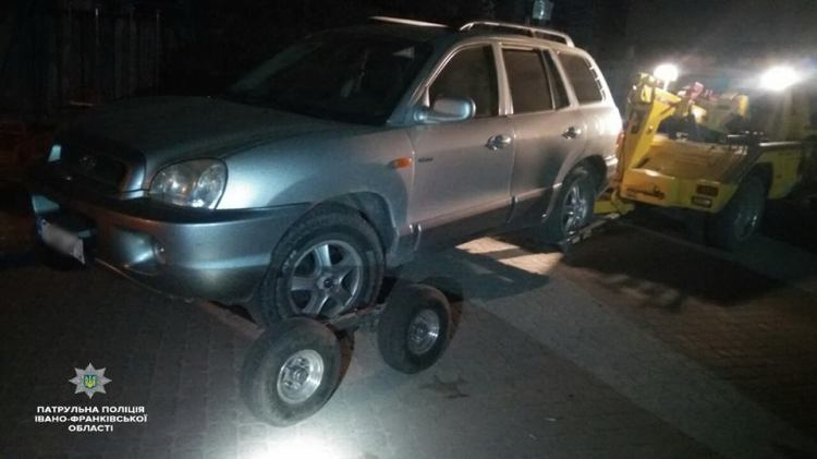 У Франківську захмеліле подружжя вирішило покататись автомобілем по дворах міста