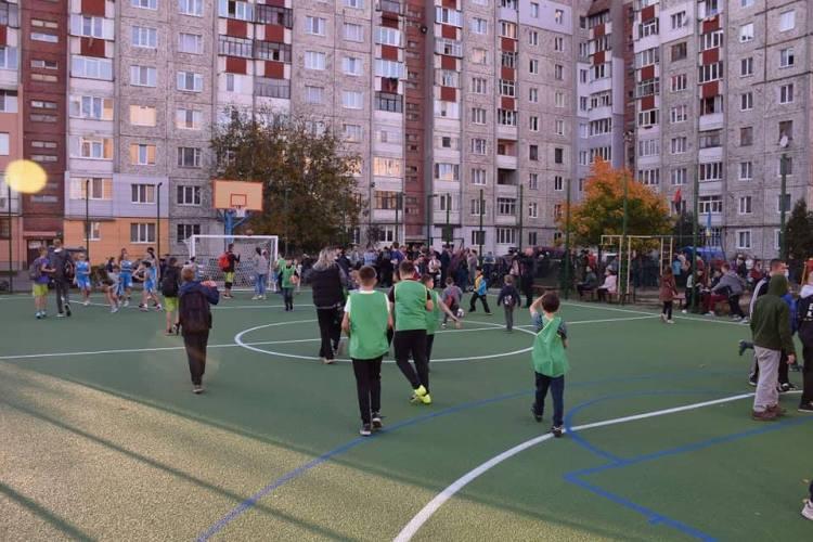 Івано-Франківськ: в одному із дворів по вулиці Івасюка відкрили спортивний майданчик (фото)