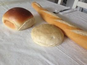 Pane tipico argentino: baguette, pebete (quello marorne) e pan árabe (bianco)