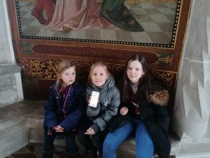 Drei Mädchen vor einem Wandgemälde