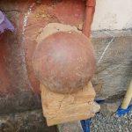 Une autre forme de ruche artisanale, fabriquée par Matthew et collée à sa maison ! La boule de terre cuite est décollée du mur pour la récolte.