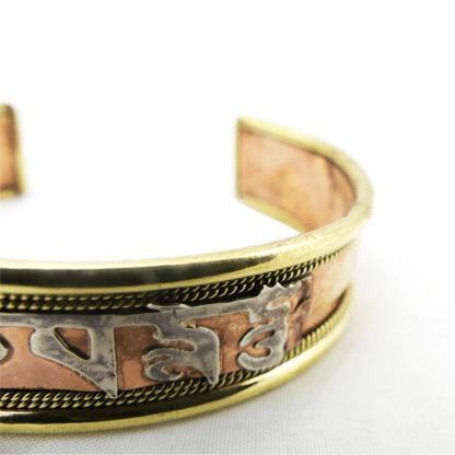 """Bracelet en cuivre avec le mantra """"Om Mani Padme Hum"""" détail"""