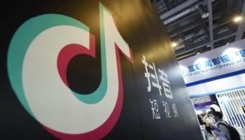 Логотип ТикТок на стене компании