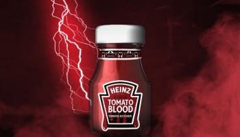 Банка с кетчупом Heinz на красном фоне, где бьёт молния