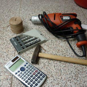 Hier siehst du die Werkzeuge, die du für den Bau der DIY-Blumenampel benötigst