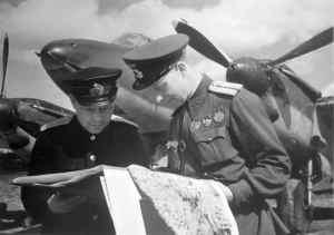 Майор Павлов Николай Германович и капитан Суворов Родион Михайлович у самолета Пе-2.