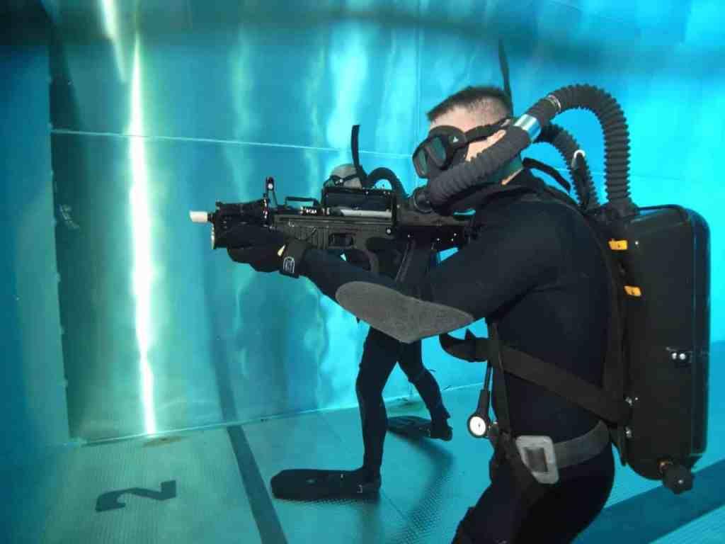 Боевой пловец и двухсредный автомат АДС
