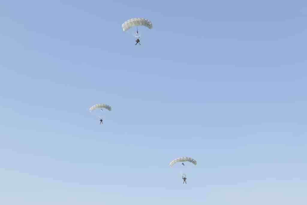 Военнослужащие выполняли прыжки с парашютом