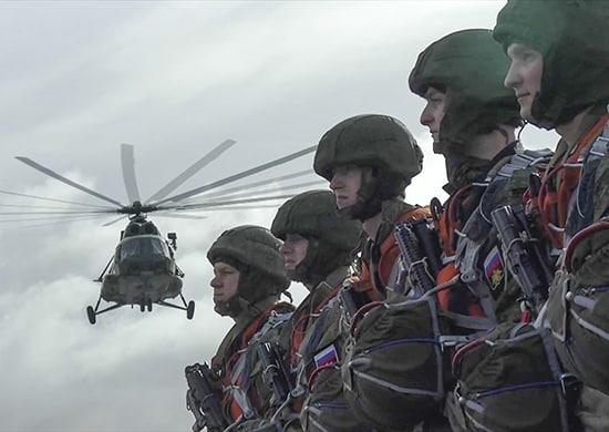 Морские пехотинцы отрабатывают воздушное десантирование