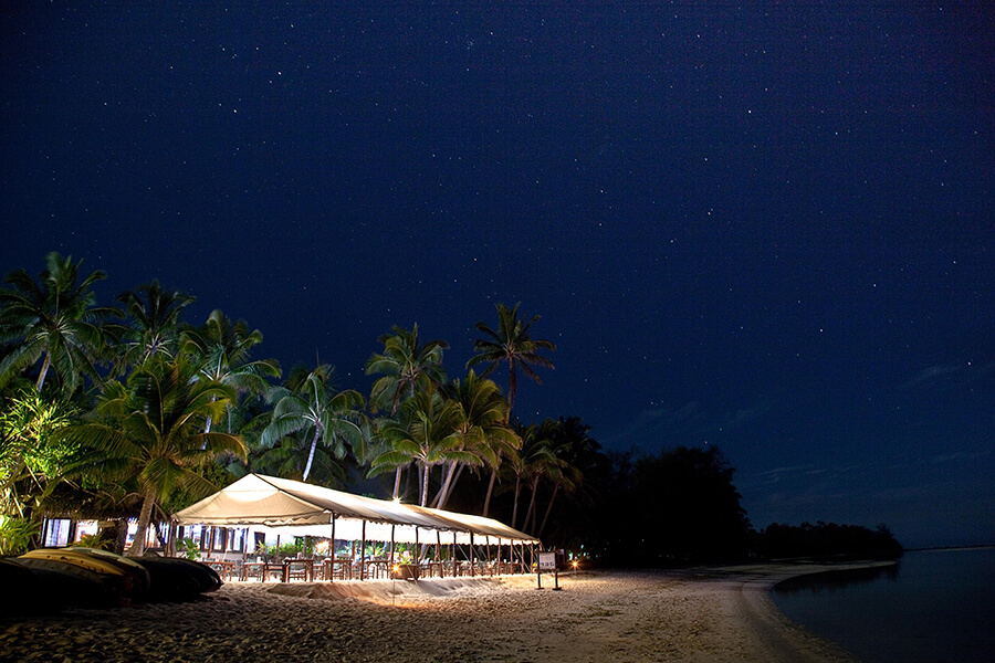 34-pacific-resort-rarotonga-beachfront-dining-night